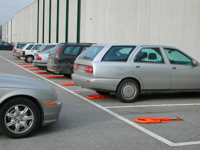 Обустройство автомобильной стоянки: как выбрать парковочные столбики